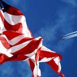 ESTA USA Amerikanische Flagge mit dem Himmel und dem Flugzeug im Hintergrund