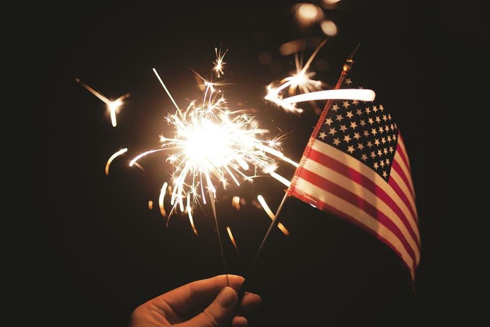 Reisen in die USA mit einnem ESTA AntragAmerikanische Flagge und Feuerwerk