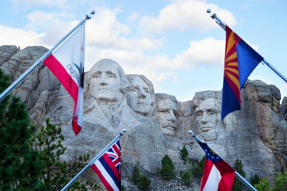 Mount Rushmore und Flaggen