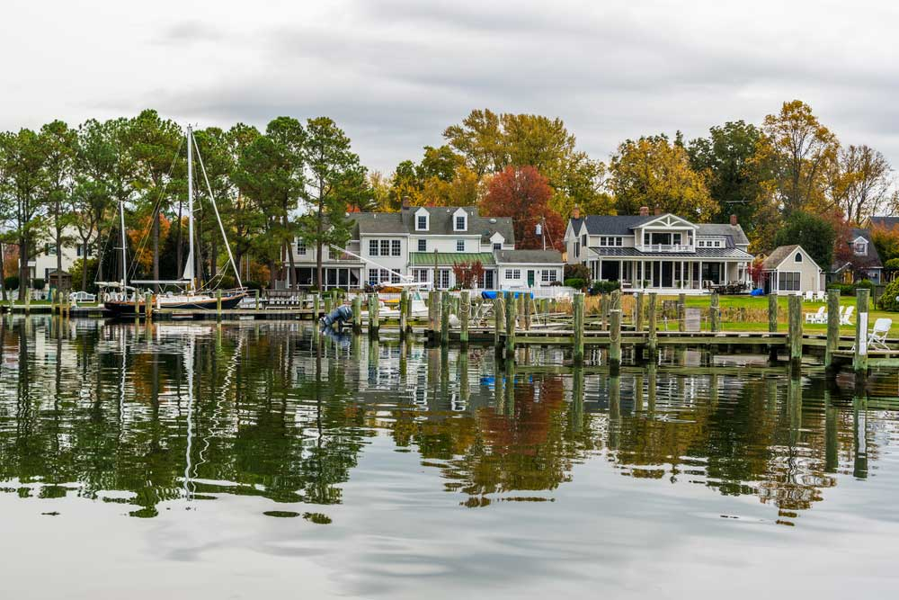 Herbst Farben am Chesapeake Bay Shore and Harbor in St Michaels Maryland
