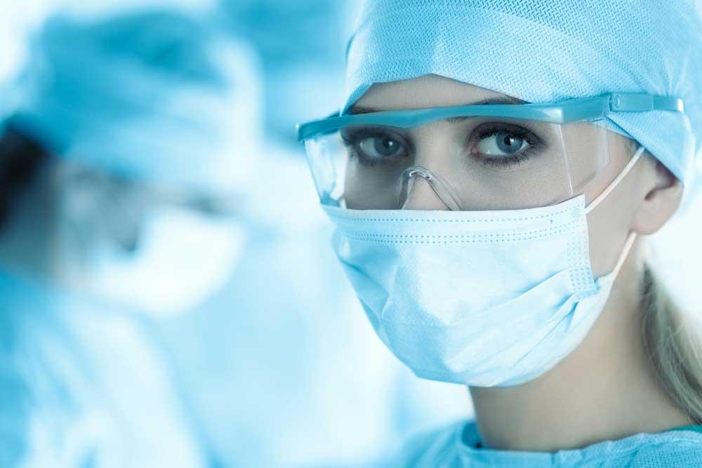 Krankenschwester mit Gesichtsmaske