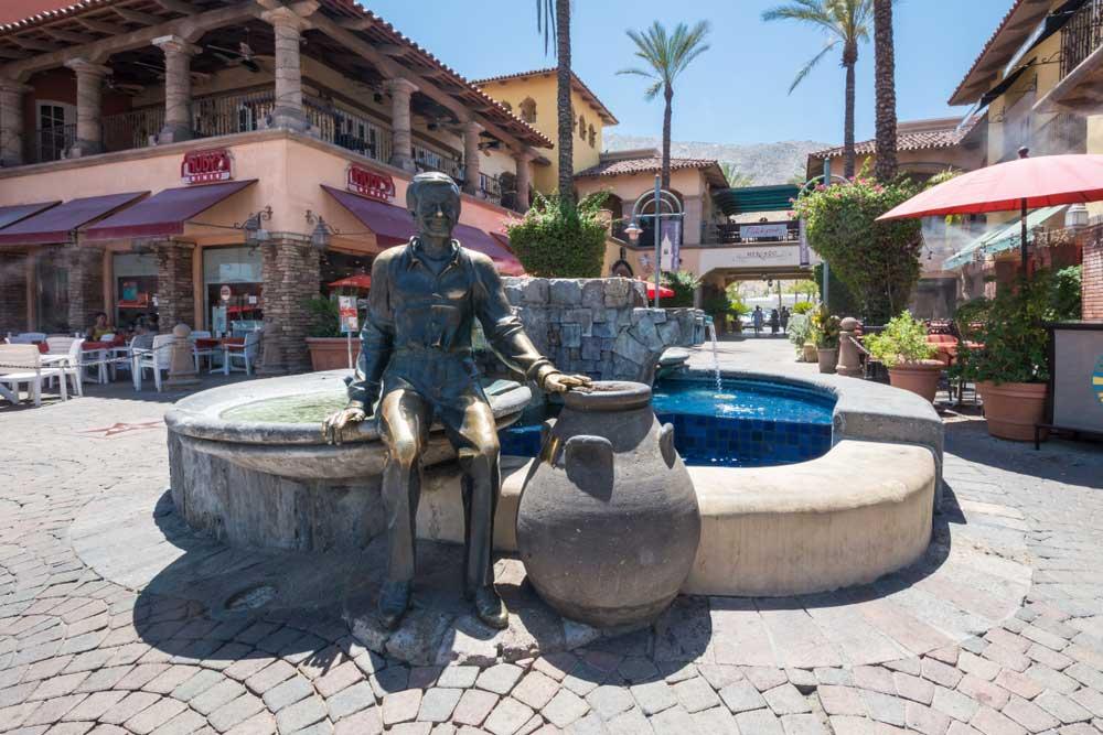 Palm Springs town mit Statue von Sonny Bono